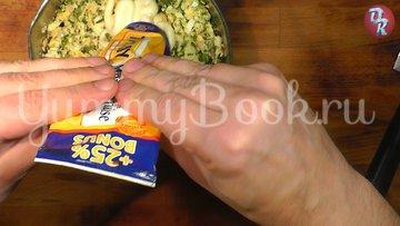 Яичный салат с черемшой и копчёной рыбой - шаг 8