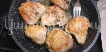 Жареные окорочка на сковороде с чесноком  - шаг 2
