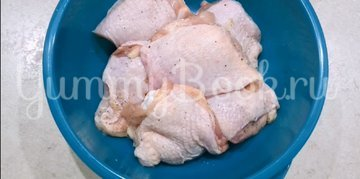 Жареные окорочка на сковороде с чесноком  - шаг 1