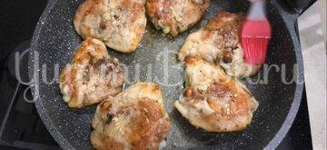 Жареные окорочка на сковороде с чесноком  - шаг 4