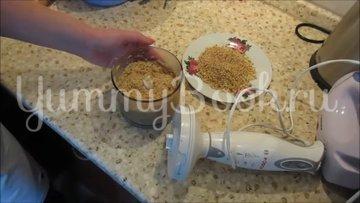 Творожные конфеты с печеньем и грецкими орехами - шаг 2