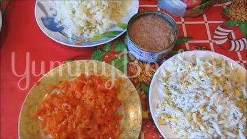 Слоеный салат с консервированным тунцом - шаг 2