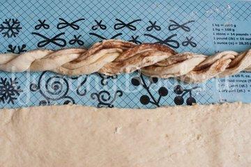 Дрожжевой венок с корицей - шаг 12