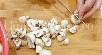 Шампиньоны жареные на сковороде со сметаной - шаг 1