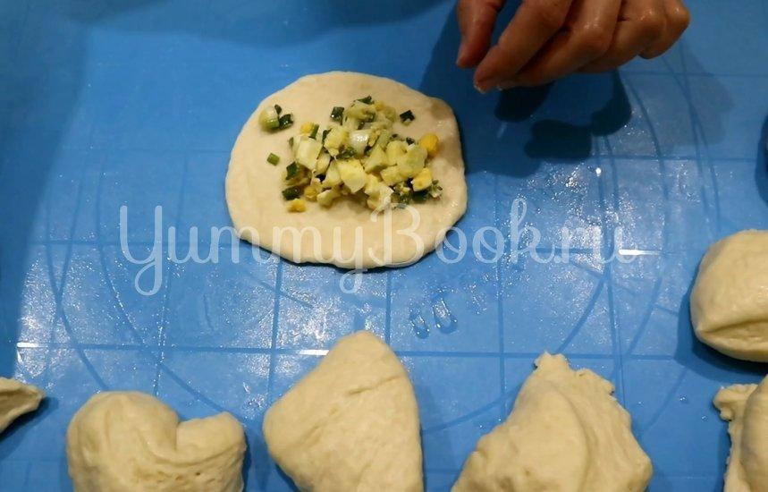 Пирожки с зеленым луком и яйцом - шаг 7