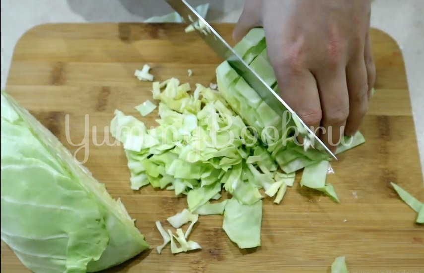 Салат с кукурузой, огурцами и капустой - шаг 1