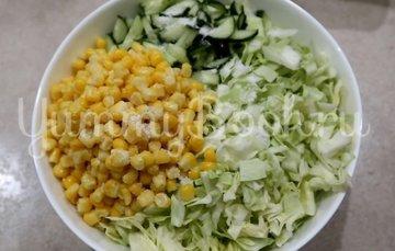 Салат с кукурузой, огурцами и капустой - шаг 3
