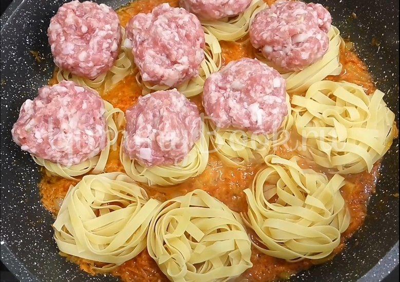 Макаронные гнезда с фаршем на сковороде - шаг 4