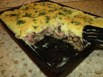 Картофельная запеканка с сосисками и грибами