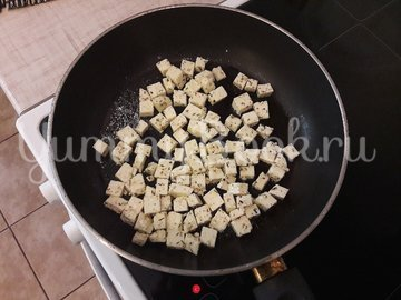 Салат с лангустинами и адыгейским сыром - шаг 4