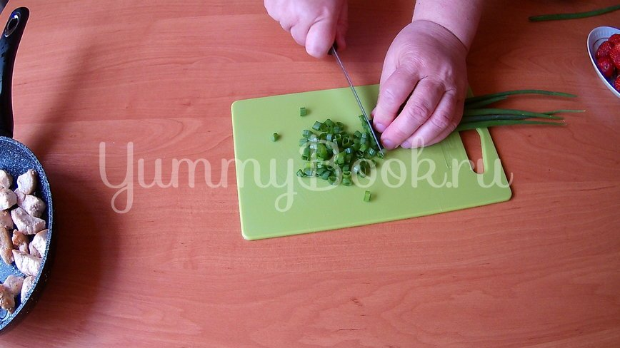Салат из клубники и курицы (без заправки) - шаг 3