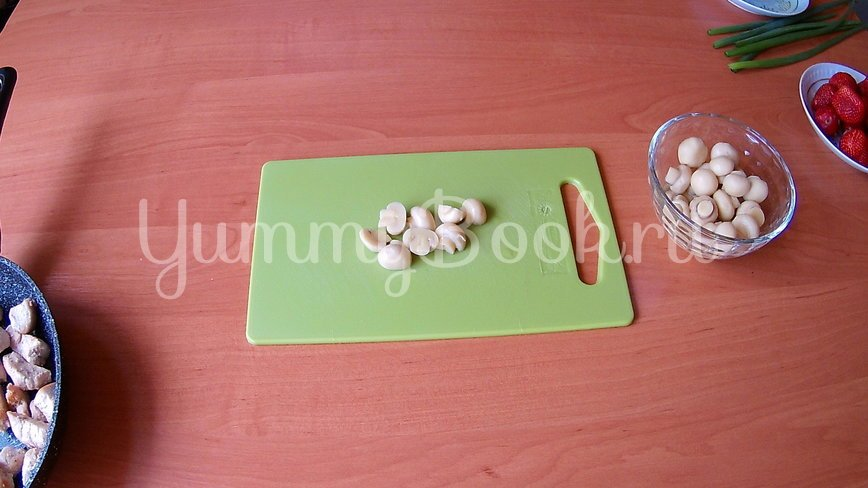 Салат из клубники и курицы (без заправки) - шаг 2