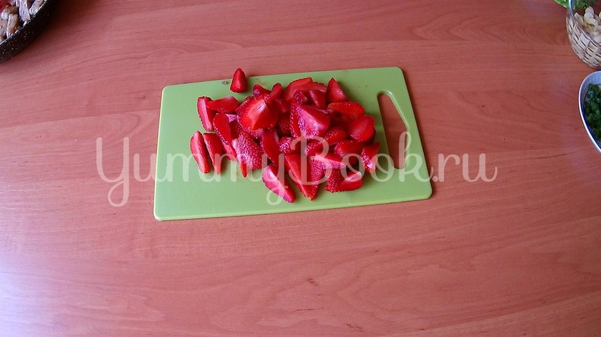Салат из клубники и курицы (без заправки) - шаг 4
