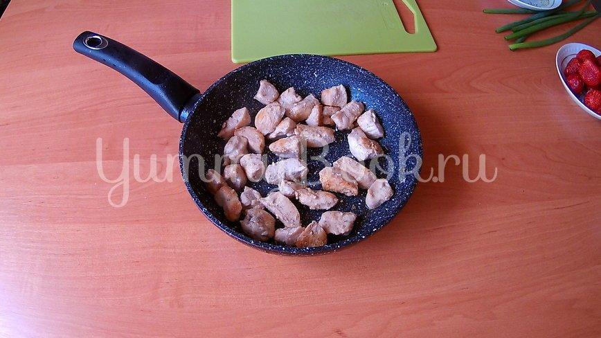 Салат из клубники и курицы (без заправки) - шаг 1