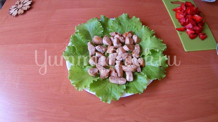 Салат из клубники и курицы (без заправки) - шаг 5