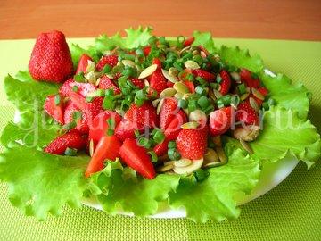 Салат из клубники и курицы (без заправки) - шаг 6