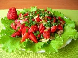 Салат из клубники и курицы (без заправки)