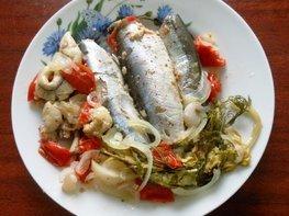 Салака, тушёная с овощами в фольге