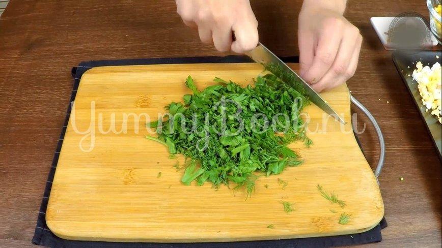 Летний сытный салат с редиской без майонеза - шаг 6
