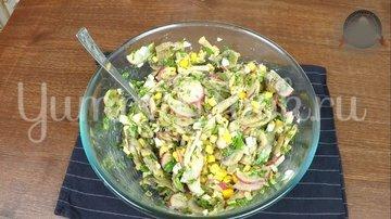 Летний сытный салат с редиской без майонеза - шаг 9