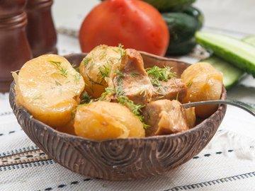 Молодой картофель со свининой в мультиварке