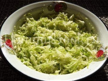 Салат с капустой и тунцом - шаг 2