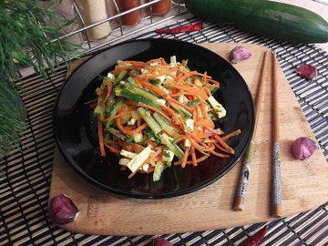 Салат с морковью по-корейски, огурцом и фетой