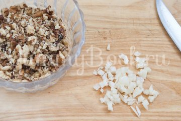 Салат из баклажанов, брынзы, помидоров и орехов - шаг 3