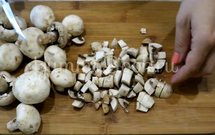 Свинина с грибами, помидорами и луком - шаг 5