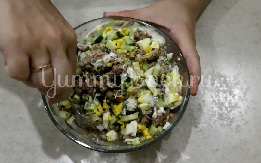 Салат с сайрой, яйцом и огурцом - шаг 5