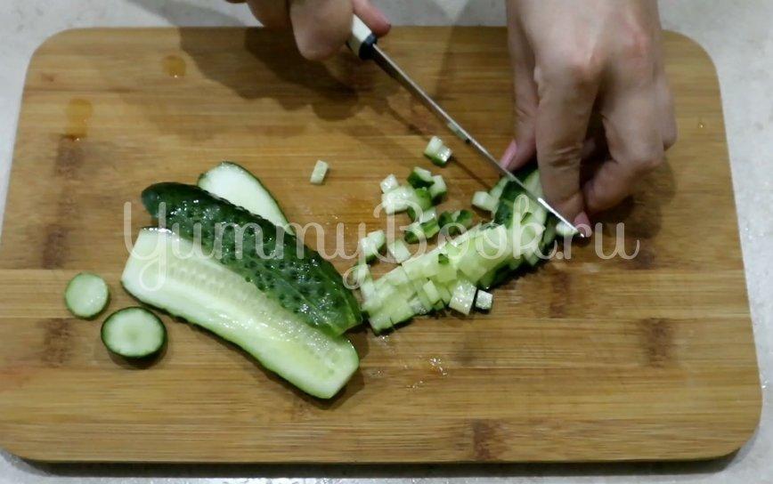 Салат с сайрой, яйцом и огурцом - шаг 2