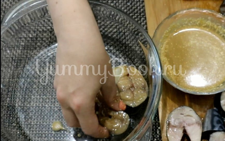 Запеченная скумбрия в духовке - шаг 3