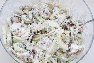 Кабачки с грибами запеченные в сметане - шаг 7