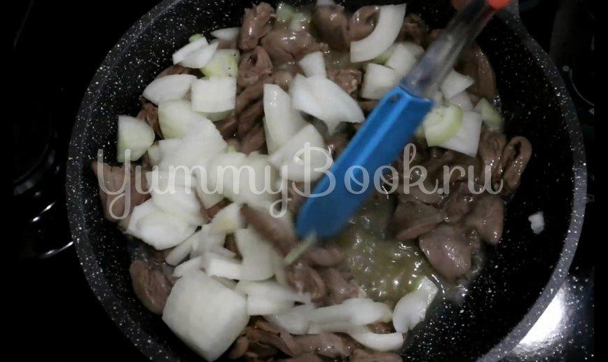 Куриные сердечки с луком на сковороде - шаг 3