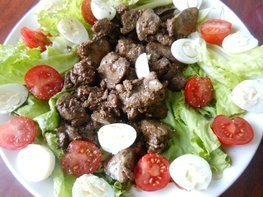 Тёплый салат из куриной печени и помидоров черри
