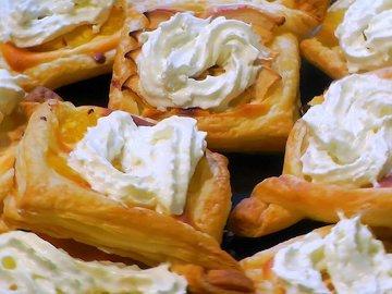 Творожные пирожные с фруктами