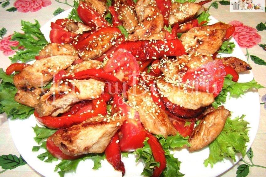 Теплый салат с курицей, помидорами и перцем