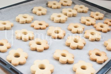 Рассыпчатое печенье на желтках - шаг 7