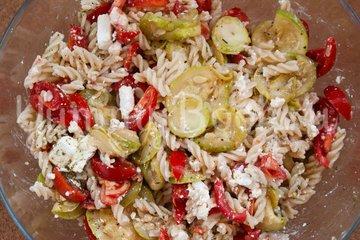 Салат с макаронами и сыром фета - шаг 8
