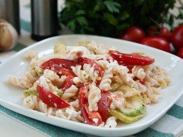 Салат с макаронами и сыром фета