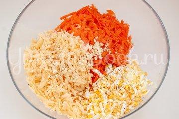 Морковный салат с сыром и яйцами - шаг 2