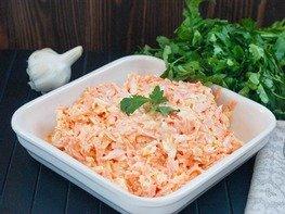 Морковный салат с сыром и яйцами