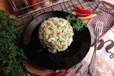 Картофельный салат с маринованными огурцами и яблоком