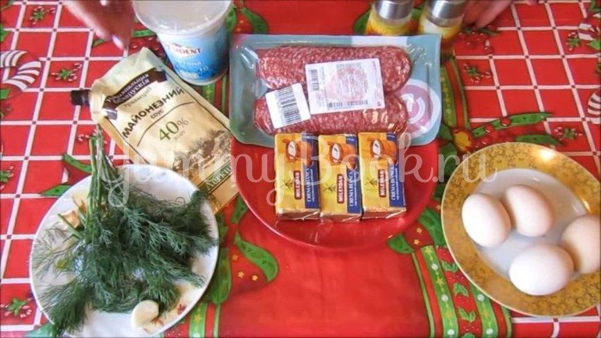 Рулет из плавленого сыра с салями и яйцами - шаг 1