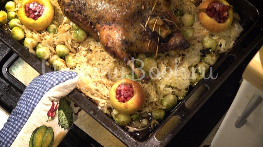Утка с яблоками в духовке  - шаг 9
