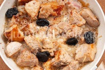 Свинина с черносливом в пивном соусе - шаг 6
