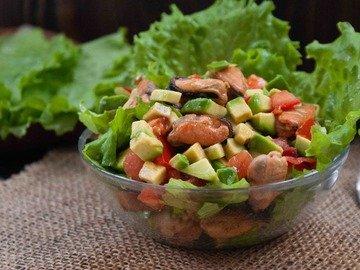 Салат с авокадо и мидиями