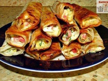 Закуска в лаваше с колбасой, сыром и яйцами