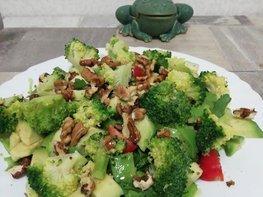 Салат из свежих овощей с авокадо