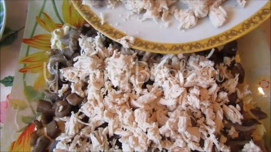 Слоеный салат с курицей, грибами и картофелем - шаг 4